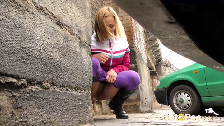 была такая девушка писает на улице фото постоянно приносил