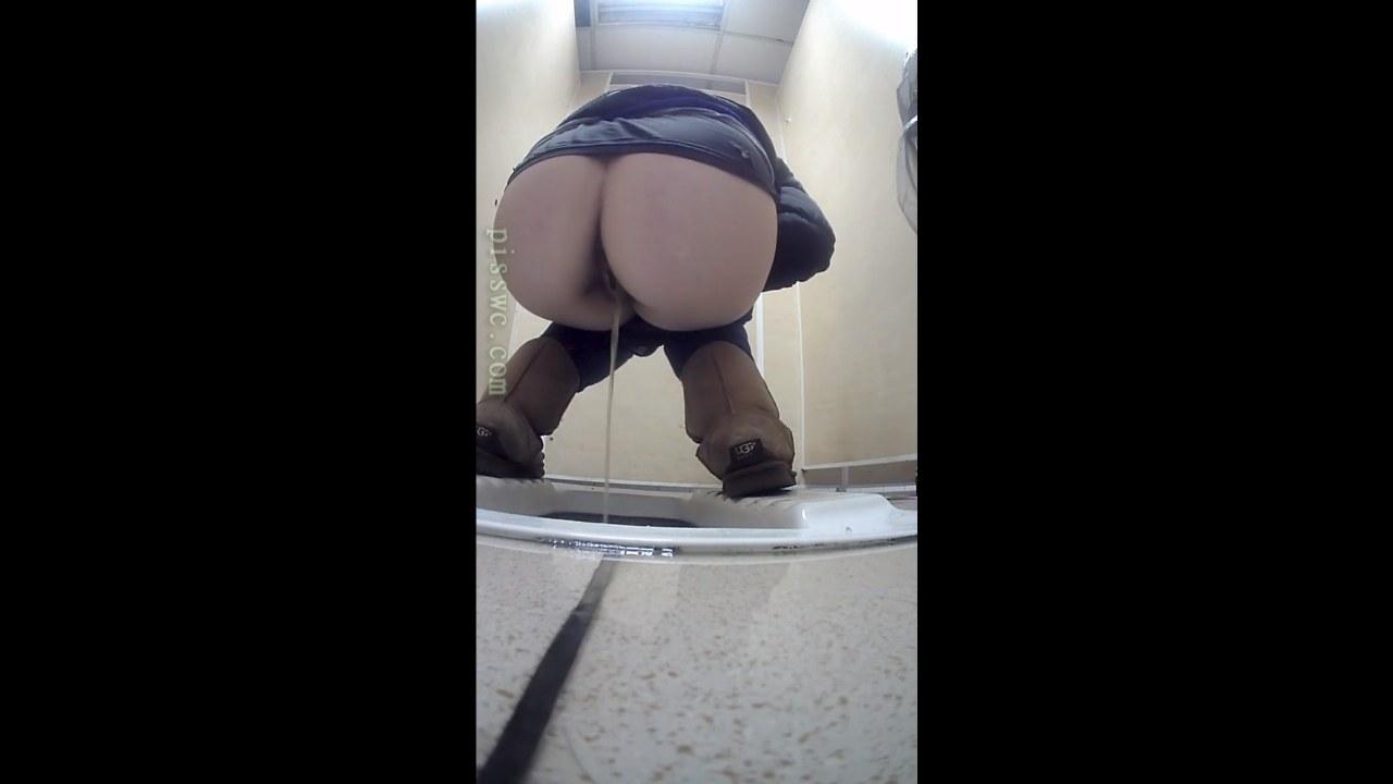 Девушки в туалете справляют нужду видео, девки сосут на веб камеру