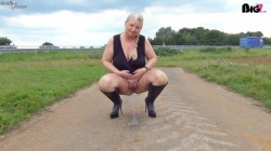 RosellaExtrem - Hot public piss on the highway!